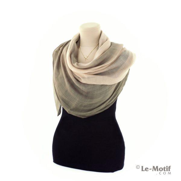 Палантин Le Motif из натурального шелка на шее, арт. SMG02-3
