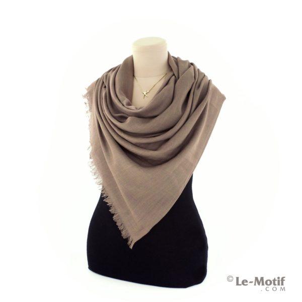 Палантин Le Motif из шелка и хлопка на шее, арт. LX01-10