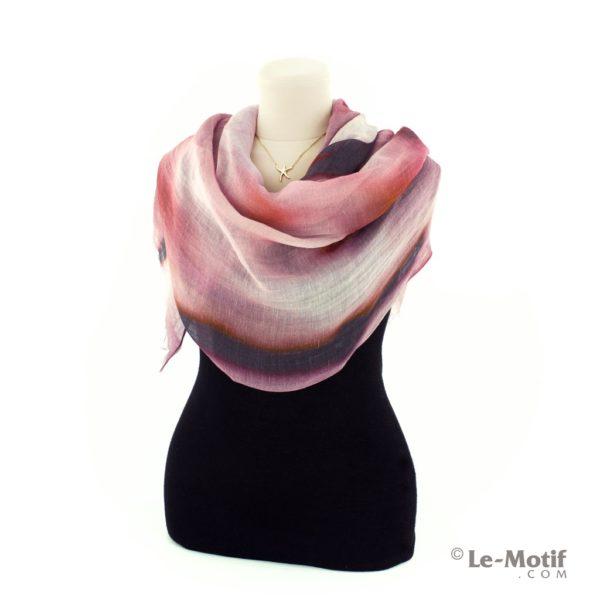 Палантин Le Motif из льна и модала на шее, арт. 16ML005
