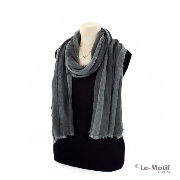 Шарф Le Motif Couture из льна и хлопка на шее, арт. STD01-2