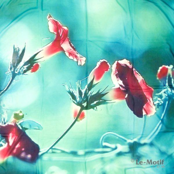 Платок Le Motif из шелка с вискозой изображение алых цветов